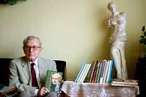 Pavel Oliva s několika svými knihami. Rok 2011.