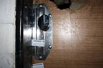 Prokopnuté dveře. Ilustrační foto.