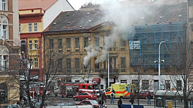 Požár bytu na Smíchově, při kterém zemřel asi šedesátiletý muž. Foceno dne 7. března 2008.