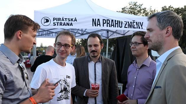 Čekání na výsledky voleb ve štábu Pirátské strany na lodi Cargo  Gallery. Na snímku Ivan Bartoš.