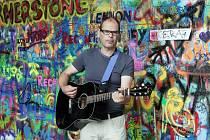 U zdi Johna Lennona. Lennonova zeď na pražské Kampě je turisty hojně vyhledávaná atrakce.