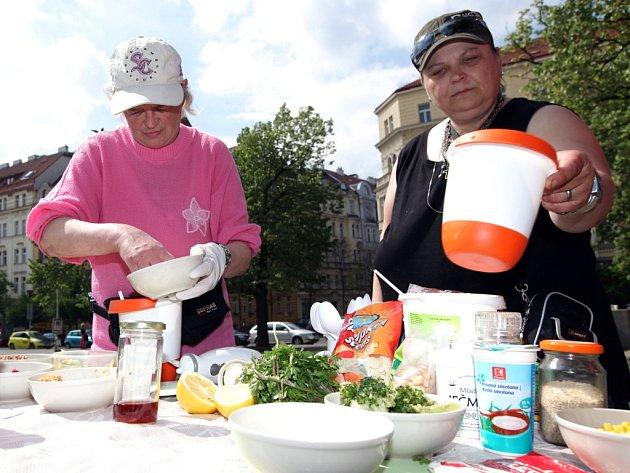 Na náměstí Jiřího z Poděbrad v Praze vařily kuchařky bez domova.