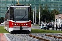 Štěrk a tráva jsou v posledních letech stále častěji k vidění na tramvajových pásech v Praze.