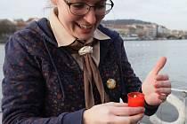 Betlémské světlo připlulo do Prahy také po řece. Loď přivážející Betlémské světlo zakotvila na náplavce na pražské Výtoni.