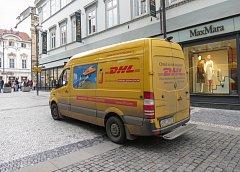 Dodávky blokují chodníky. Pražané stále více využívají dodávání zboží, objednaného z internetu přímo do ruky. Doručovatelé mají čím dal větší problém s parkováním.