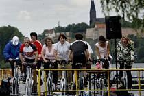 CYKLISTOU NA VLTAVĚ. Pod vedením lektorů Fitness clubu Olgy Šípkové si lidé mohli zkusit spinning na pontonu.