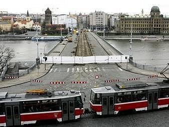 VÝMĚNA KOLEJÍ. Na Štefánikově mostě je součástí rozsáhlé rekonstrukce mnostu, který je uzavřen od února.