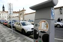 Ovládací panel nového parkovacího automatu se solárním napájením, které začaly sloužit 6. prosince motoristům ve Valdštějnské ulici a v dalších místech Malé strany a Hradčan.