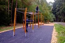 Při procházce lesem si mohou lidé nově zacvičit