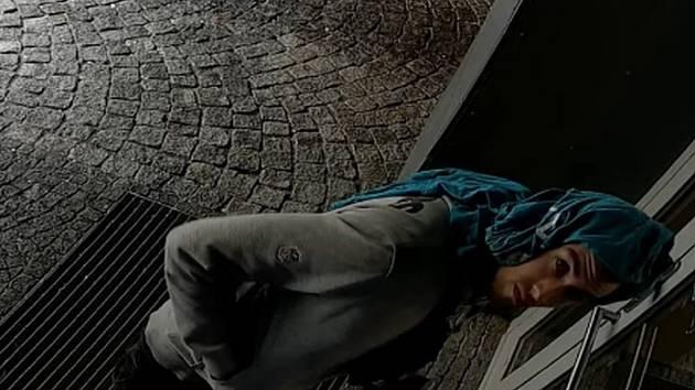 Mladík podezřelý z poničení vozidel v Praze 5.