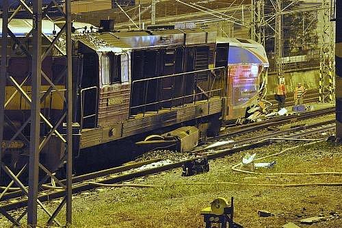 V úterý večer se v Libni srazil osobní vlak s jiným drážním vozidlem.