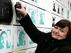 Happening mladých výtvarníků a seniorů – velké streetartové dílo 537 tváří seniorů na zdi.