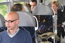 Cestující ve vlaku. Ilustrační foto.