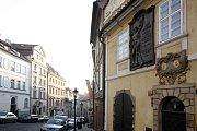 Dům U dvou slunců. Už čtyři roky po smrti slavného českého spisovatele a novináře Jana Nerudy, který zde na několika místech bydlel, dostala ulice, na jeho památku, název Nerudova.