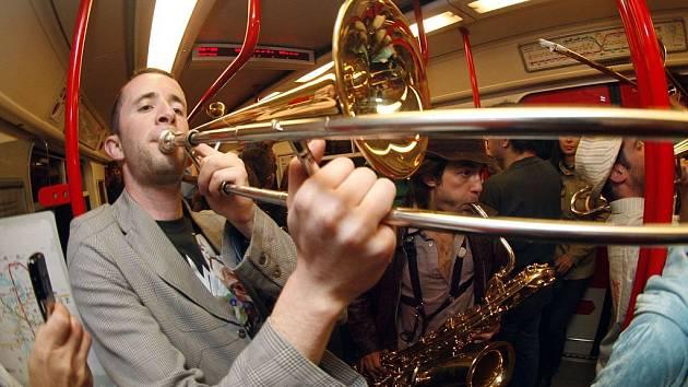 Muzika v metru i na náměstí. Orchestre International du Vetex předvedli Pražanům svůj temperament.