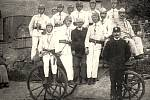Sbor dobrovolných hasičů v roce 1925. Lysolajský dobrovolný sbor hasičů má tradici už od roku 1892, kdy byl založen. S malými přestávkami funguje dodnes a místní obyvatelé na jeho práci nedají dopustit.