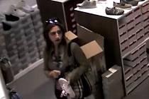 Žena nepozorovaně zmizela s kabelkou.