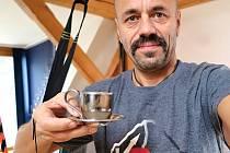 Svůj hrníček prodává i horolezec Radek Jaroš.