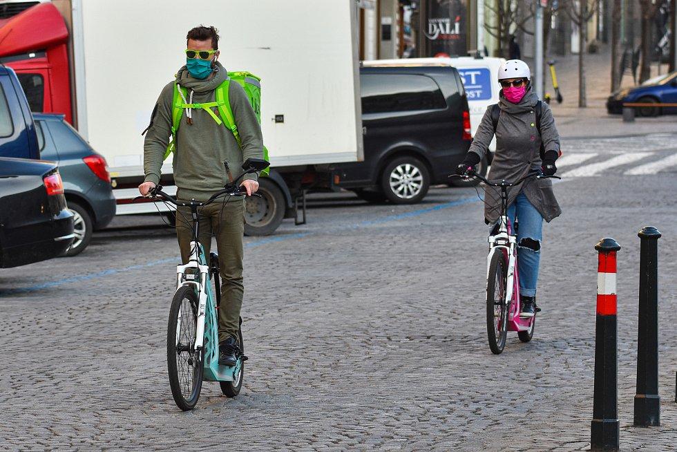Prázdné ulice Prahy a lidé s rouškami 18. března 2020. Kurýr rozvozu jídla.