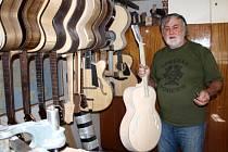 Ladislav Kučera ukazuje svoje království. V přípravě má několik kytar. Jednu stihne vyrobit za měsíc nebo za měsíc a půl.