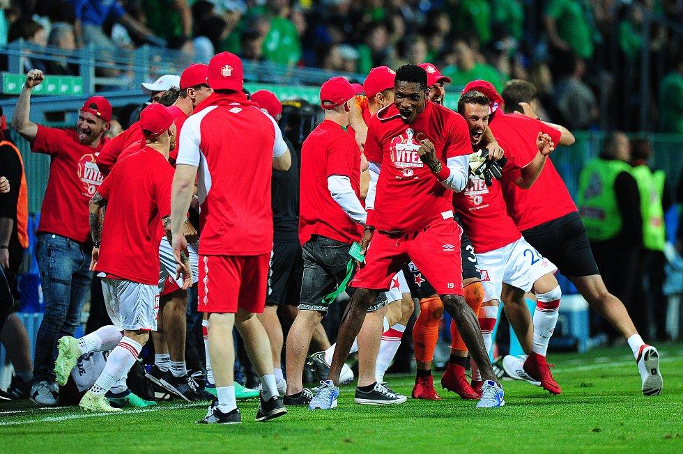 Fotbalové utkání finále MOL Cupu mezi celky SK Slavia Praha a FK Jablonec 9. května v Mladé Boleslavi. Simon Deli se raduje s týmem.
