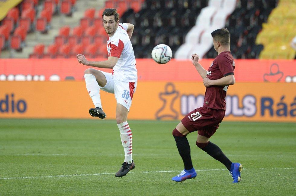 Slávistický obránce Taras Kačaraba je v souboji se sparťanským útočníkem Adama Hložkem v derby, které Slavia vyhrála 2:0.