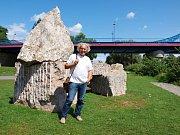 Petr Váňa stojí v Dobřichovicích před sochou Pilgrimage od japonského autora. Vznikla na prvním ročníku dobřichovického sympózia.
