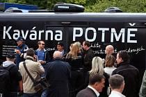 Svou pátou tour 'bez nehod' slavnostně odstartoval autobus Kavárna Potmě v úterý 17. května 2016 na náměstí Jana Palacha v Praze.