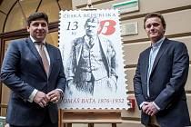 Pravnuk Tomáše Bati Thomas Archer Baťa (vpravo) představil ve středu 16. března 2016 v Praze příležitostnou poštovní známku České pošty z cyklu Osobnosti s portrétem jeho praděda. Na snímku vlevo generální ředitel České pošty Martin Elkán.
