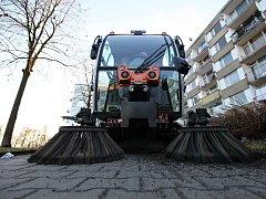 Úklid ulic v metropoli spolyká každoročně městským částem nemalé finanční prostředky. Ilustrační foto.