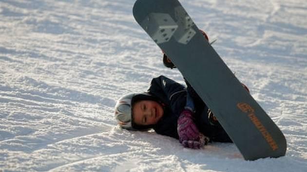 Ski areál Chotouň nabízí návštěvníkům například snowboardovou školu či večerní lyžování.