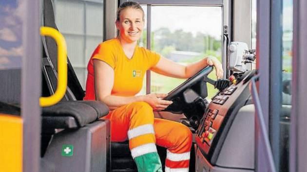 Lenka Stodolová si za volant popelářského vozu sedla po několikaměsíčním výcviku.