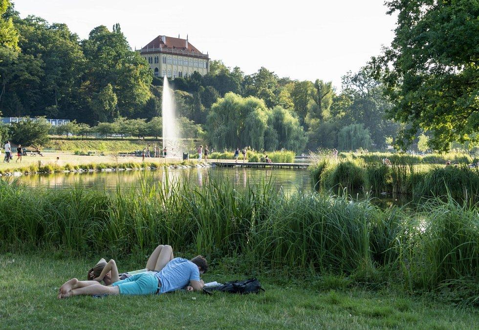 Centrální prostor Královské obory Stromovka v Praze po obnově.