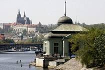 Historická budova nejstarší vodní elektrárny v Praze stojí už 95 let. Ta nejmladší se právě dokončuje.