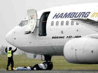 SIMULOVANÝ ÚNOS LETADLA. Uskutečnil se v rámci včerejšího mezinárodního bezpečnostního cvičení na ruzyňském letišti.