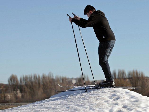 Již čtvrtý rok po sobě mohli milovníci lyží na zasněžený okruh na dostihovém závodišti ve Velké Chuchli.