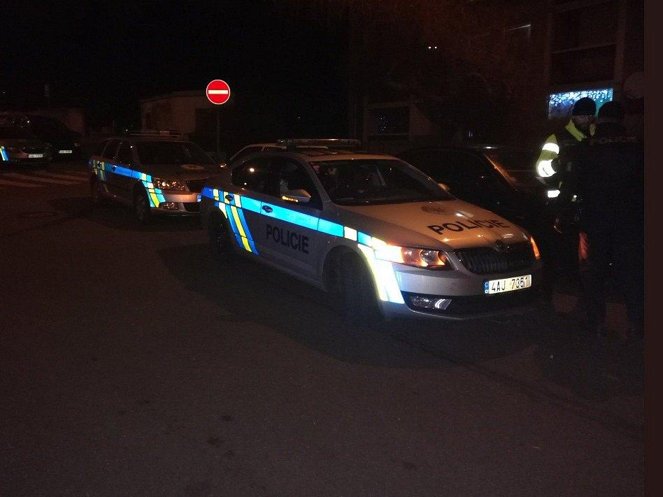Muž v Praze napadl svou matku, před policisty se zabarikádoval v bytě. Zásahová jednotka ho zpacifikovala pomocí taseru.