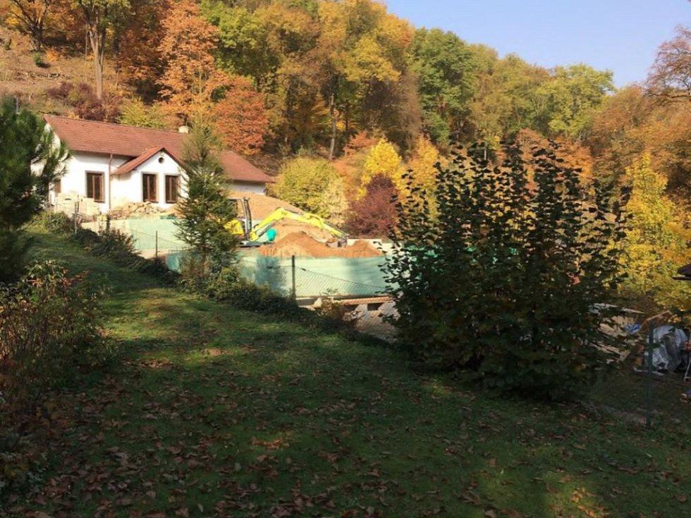 Černá stavba v Šáreckém údolí.