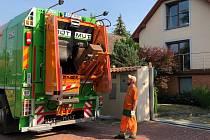 Nový popelářský vůz s mytím odpadových nádob.