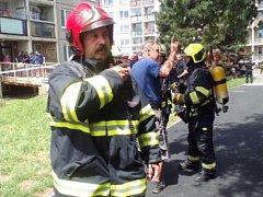 Evakuace panelového domu v Praze 14.
