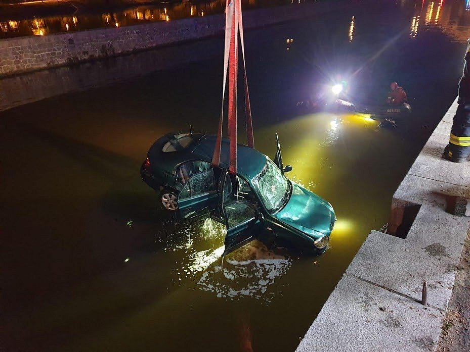 Na Kampě sjelo auto do Vltavy, na místě zasahovali potápěči pražských hasičů.