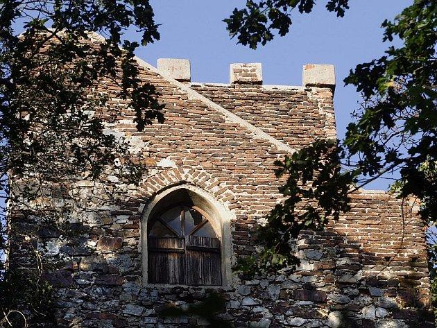 Kamenná vyhlídková věž v lesoparku Cibulka.