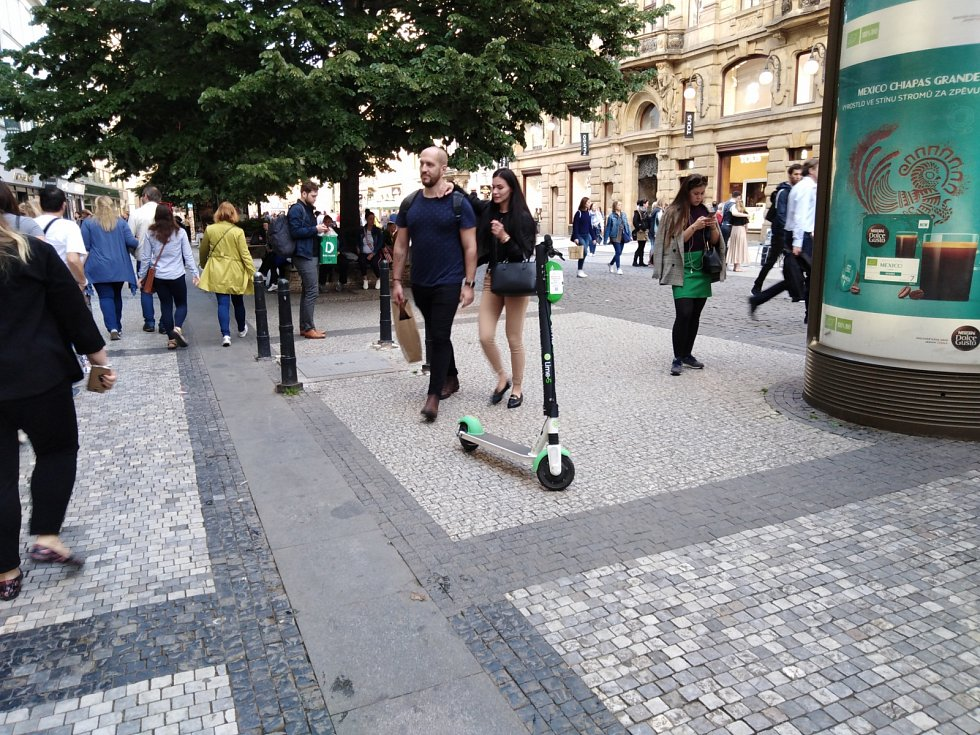 Koloběžky Lime v Praze.