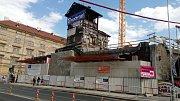 Příprava na uložení nového mostu Negrelliho viaduktu přes Křižíkovu ulici.