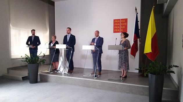 Vlastní opatření proti šíření covid-19 v Praze představili ředitelka pražské hygieny Zdeňka Jágrová, primátor Hřib, jeho náměstek Hlubuček a radní Johnová.