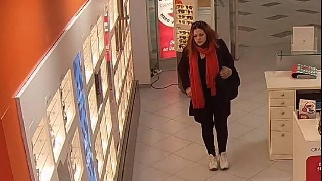 Žena ukradla sluneční brýle v OC Letńany.