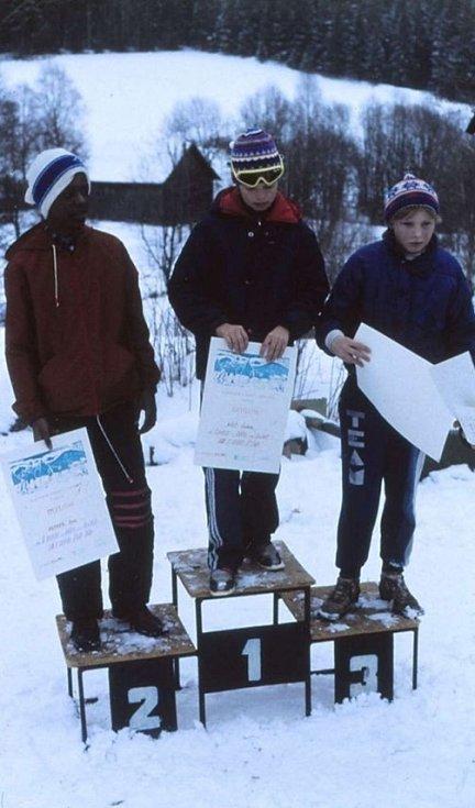 Namibijský žák na stupínku vítězů, druhé místo ve školním přeboru v běhu na lyžích.