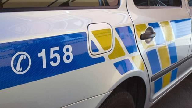 Řidič při noční nehodě u Nových Syrovic obrátil auto a zranil se