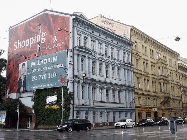 Novorenesanční dům zroku 1869na rohu ulic Revoluční a Nové mlýny vcentru Prahy zřejmě čeká demolice. Má ustoupit plánované novostavbě.