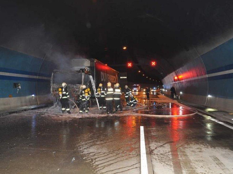 Požár kamionu v Lochkovském tunelu v Praze.